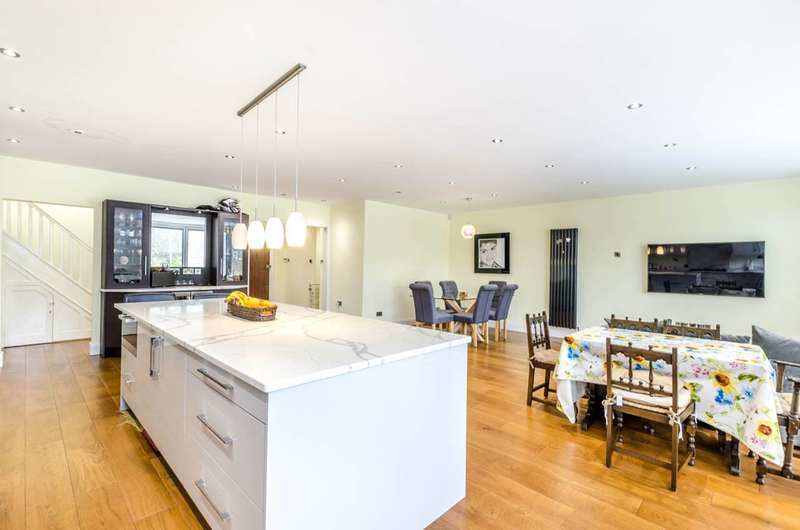 4 Bedrooms Detached House for sale in Suffolk Road, Pinner, HA2