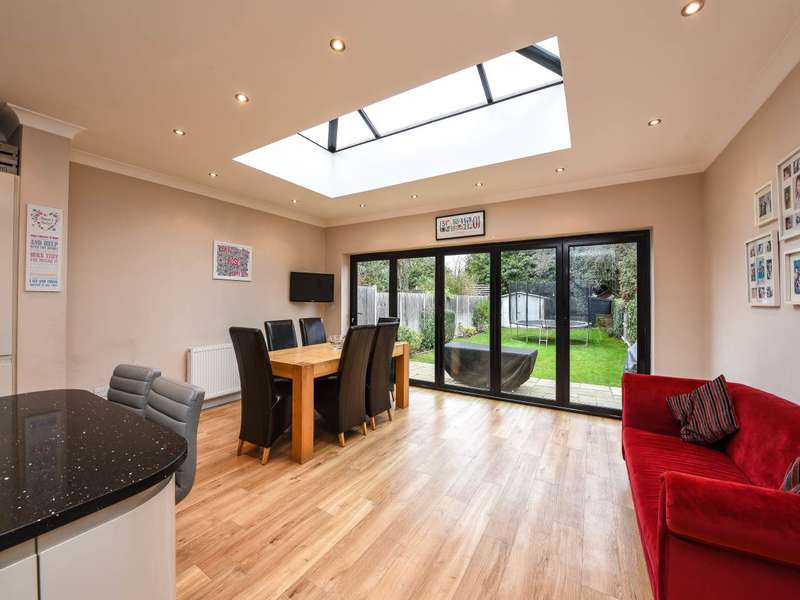 3 Bedrooms Semi Detached House for sale in Green Lane, Shepperton,