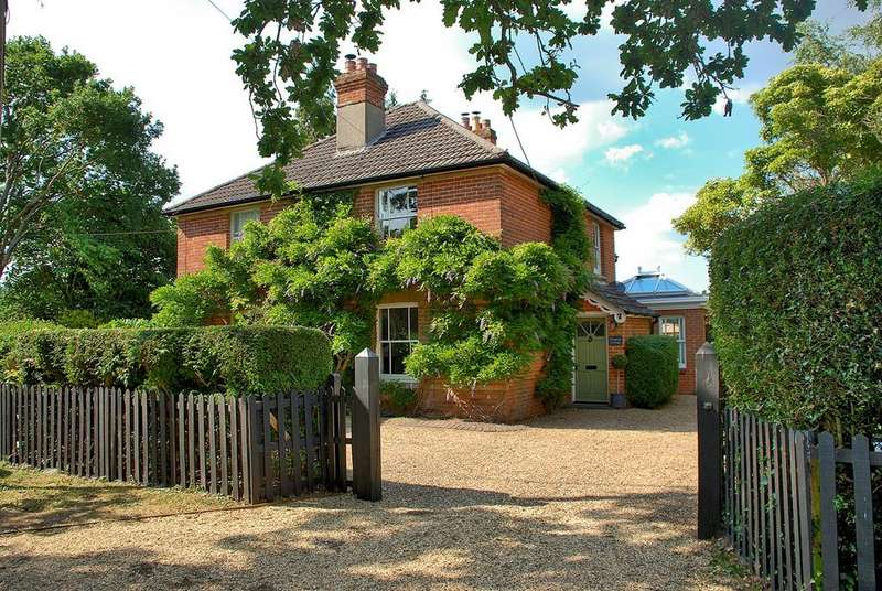 2 Bedrooms Cottage House for sale in Bisterne Close, Burley, BH24