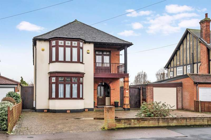 4 Bedrooms Detached House for sale in Oaklands Avenue, Romford, RM1 4DB