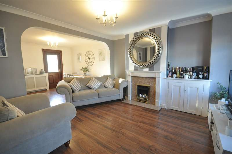 2 Bedrooms Terraced House for sale in Marks Road, Romford