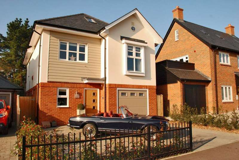 4 Bedrooms Detached House for sale in Queen Katherine Road, Lymington, SO41