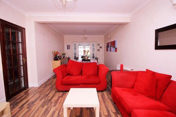 5 Bedrooms Semi Detached House for sale in Walnut Tree Road, Hounslow, TW5