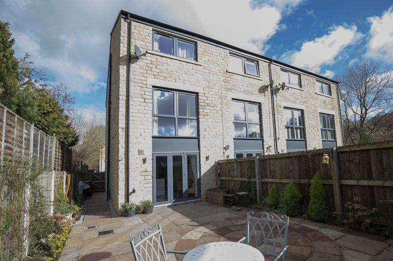 3 Bedrooms Town House for sale in 7 Riverside Court, Ripponden, Sowerby Bridge HX6 4BW