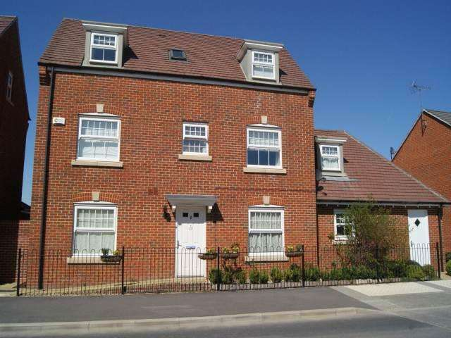 4 Bedrooms House for rent in Sparrowhawk Way, Jennetts Park, Bracknell