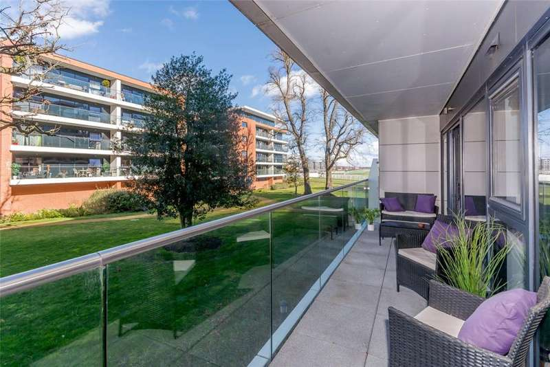 2 Bedrooms Apartment Flat for sale in Carruthers Court, Racecourse Road, Newbury, Berkshire, RG14