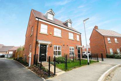 3 Bedrooms Semi Detached House for sale in Novello Drive, Biggleswade, Bedfordshire