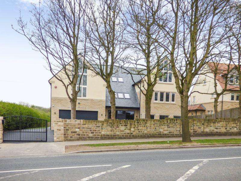 6 Bedrooms Detached House for sale in Fixby Road, Huddersfield