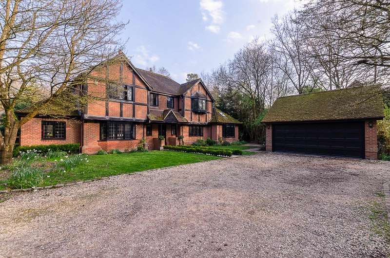 5 Bedrooms Detached House for sale in Mud Lane, Hook, Hampshire, RG27