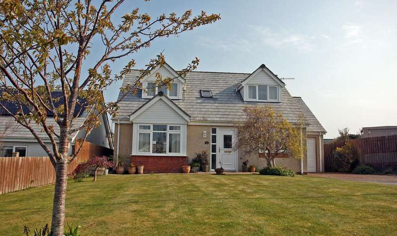 3 Bedrooms Detached Bungalow for sale in Cae Derwydd, Cemaes Bay, North Wales