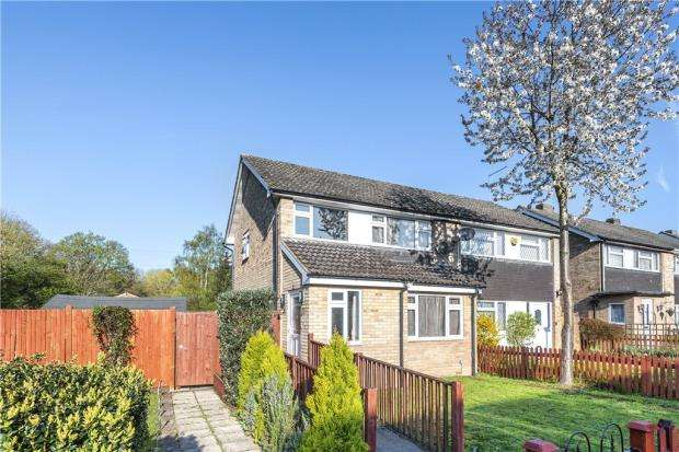 3 Bedrooms Semi Detached House for sale in Kingfisher Drive, Woodley, Reading