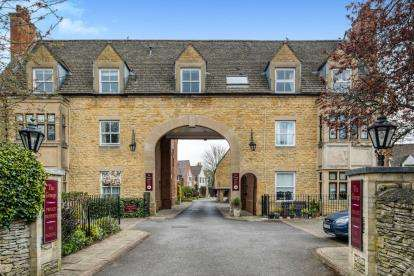 2 Bedrooms End Of Terrace House for sale in The Grange, Moreton In Marsh, Gloucestershire, .