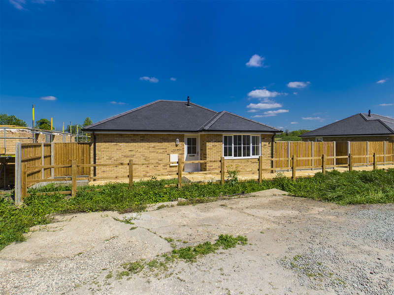 3 Bedrooms Detached Bungalow for sale in Hitchin Road, Arlesey, SG15