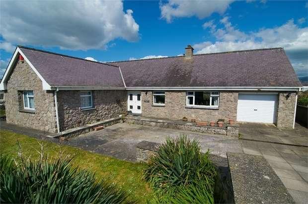 3 Bedrooms Detached Bungalow for sale in Dinas Dinlle, Caernarfon, Gwynedd