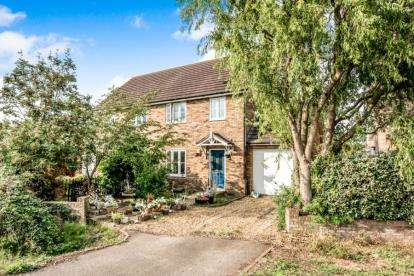 3 Bedrooms Semi Detached House for sale in Fields Road, Wotton, Bedford, Bedfordshire