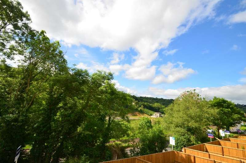 3 Bedrooms Apartment Flat for sale in Queens Court, Brimscombe, Stroud, GL5
