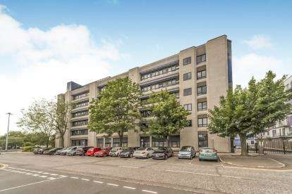 2 Bedrooms Flat for sale in Skyline House, Swingate, Stevenage, Hertfordshire