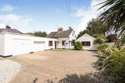 4 Bedrooms Detached House for sale in Bouncers Lane, Prestbury, Cheltenham, Gloucestershire