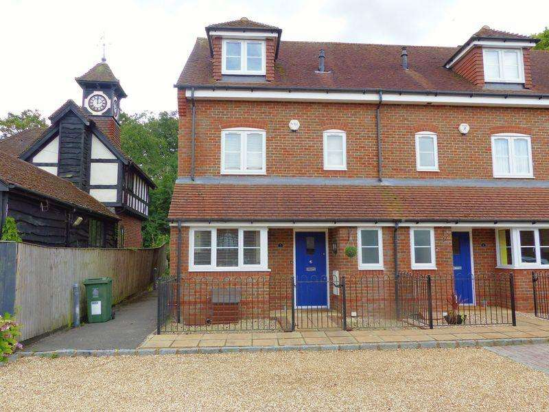 3 Bedrooms End Of Terrace House for sale in East Arms Place, High Street Hurley