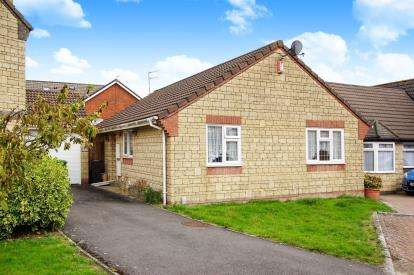2 Bedrooms Bungalow for sale in Gunning Close, Kingswood, Bristol