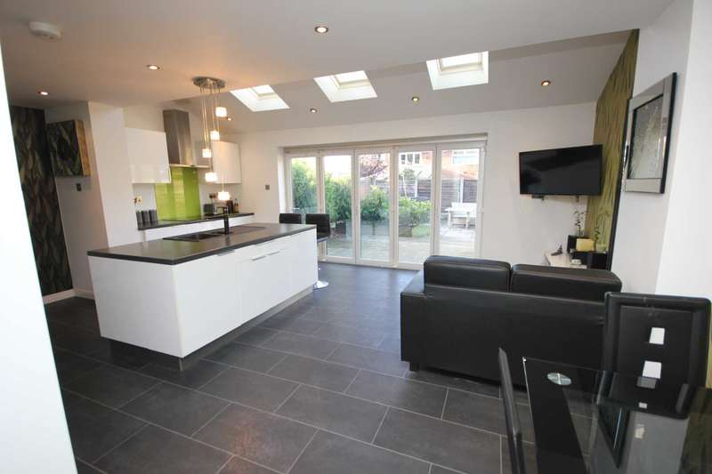 3 Bedrooms Semi Detached House for sale in Lapwing Close, Stalybridge