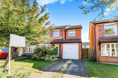 4 Bedrooms Semi Detached House for sale in Bishops Close, Brackley, Northamptonshire, Na