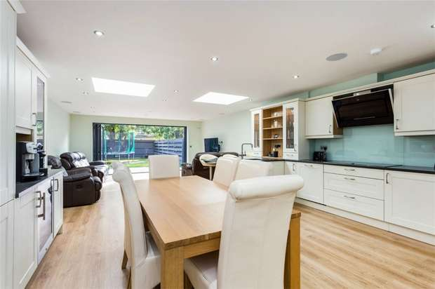 5 Bedrooms Town House for sale in Bond Close, Iver Heath, Buckinghamshire