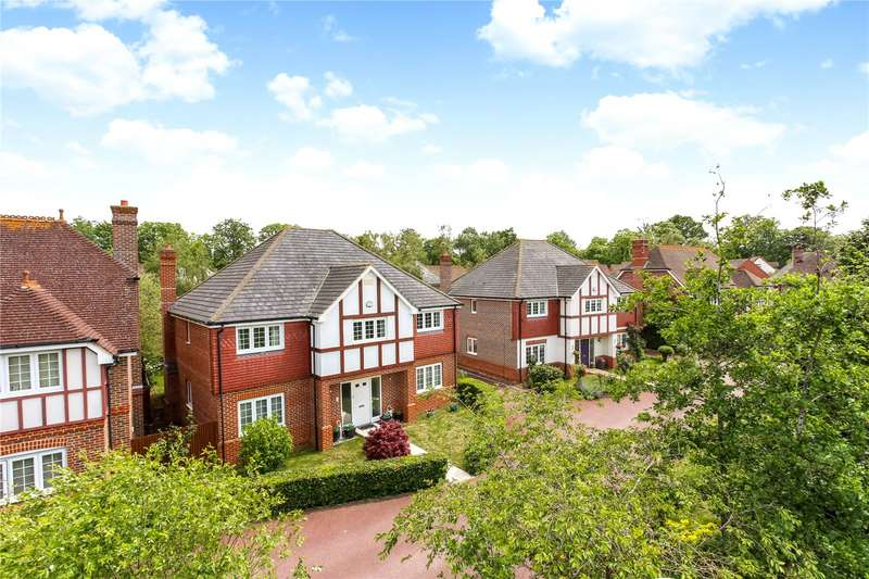 5 Bedrooms Detached House for sale in Winta Drive, Fleet, GU51