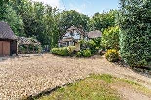 4 Bedrooms Detached House for sale in Petersfield Road, Midhurst, West Sussex