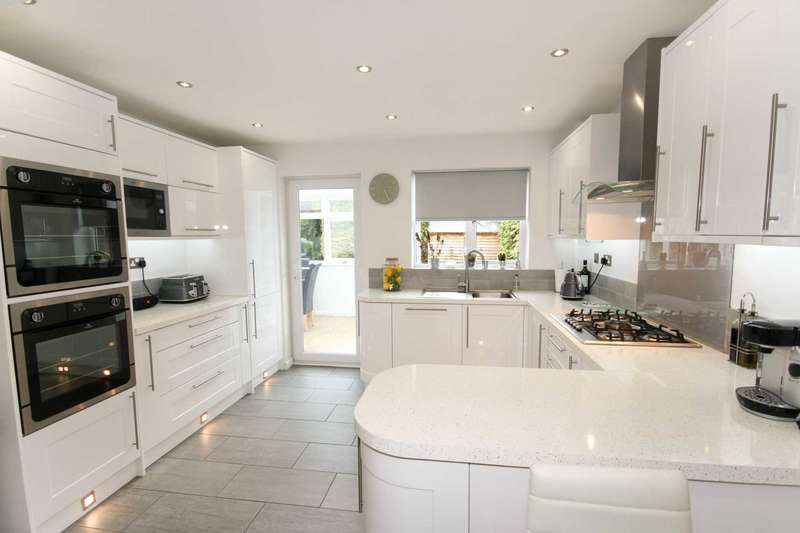 5 Bedrooms Detached House for sale in Calvinia Close, Noak Bridge