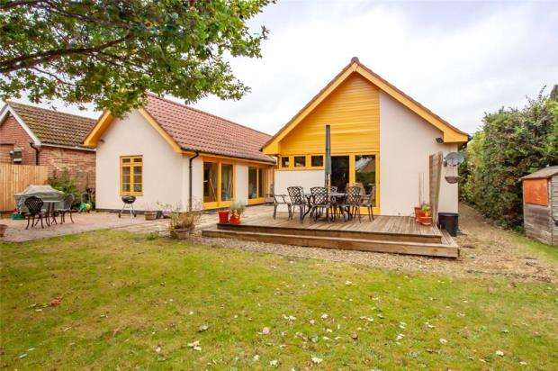 4 Bedrooms Detached Bungalow for sale in The Ridgeway, Woodley, Reading