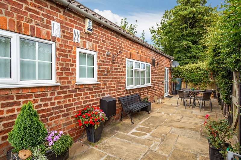2 Bedrooms Bungalow for sale in Fulford Mews, Fulford, York, YO10