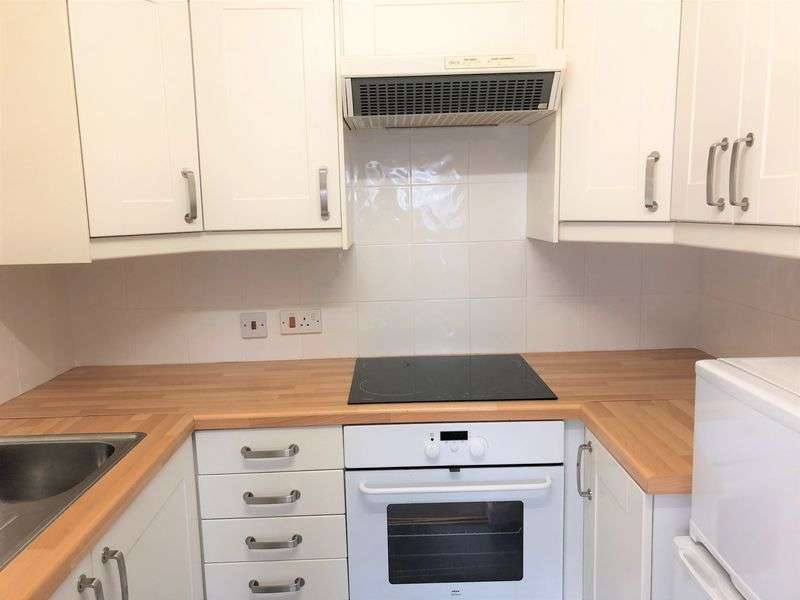 1 Bedroom Property for sale in Haddenhurst Court, Bracknell : ** NEWLY FITTED KITCHEN & SHOWER ROOM - MUST BE VIEWED **