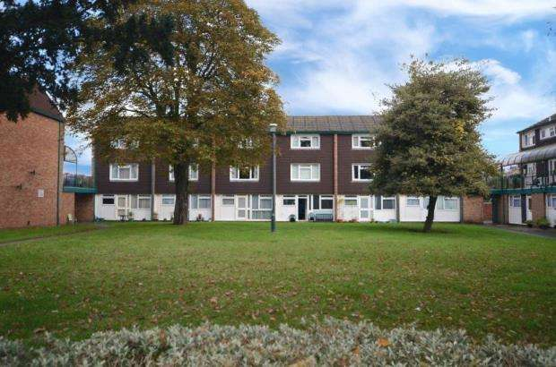 2 Bedrooms Maisonette Flat for sale in Queens Court, Alexandra Road, Farnborough