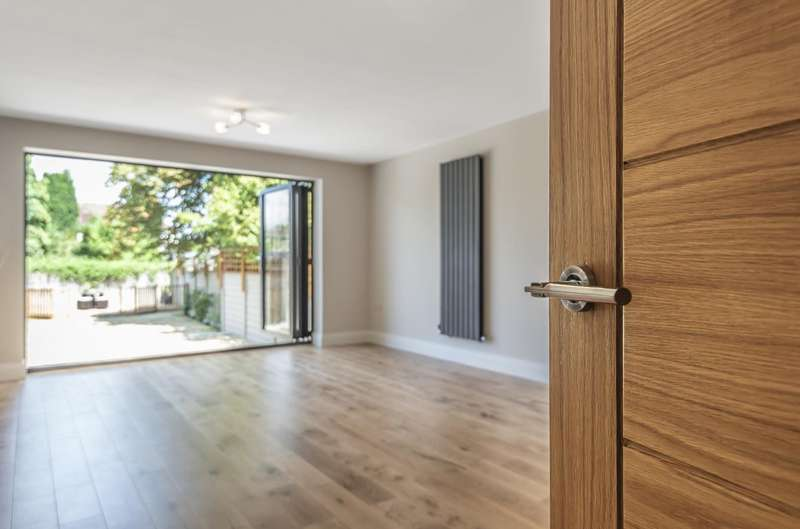 4 Bedrooms Detached House for sale in Squires Road, Shepperton