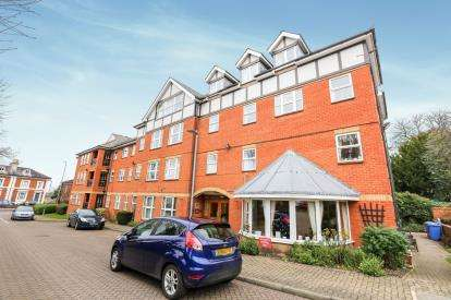 2 Bedrooms Flat for sale in Harrison Court, Harrison Close, Hitchin, Hertfordshire