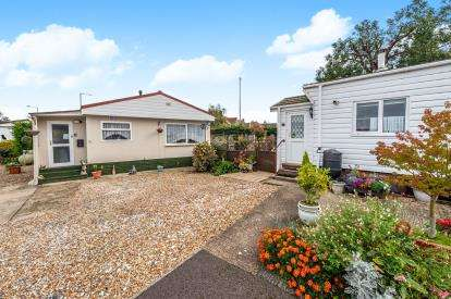 2 Bedrooms Mobile Home for sale in Three Star Park, Bedford Road, Henlow, Beds