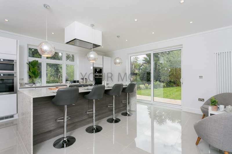 4 Bedrooms Detached House for sale in Park Drive, Romford, RM1