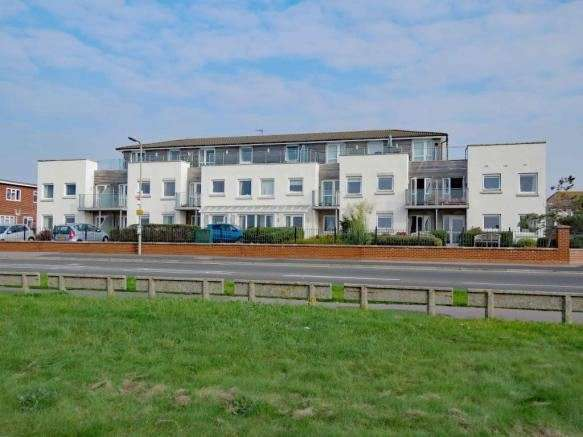 2 Bedrooms Apartment Flat for sale in 124 Sea Front, Hayling Island, Hampshire, PO11 9HW