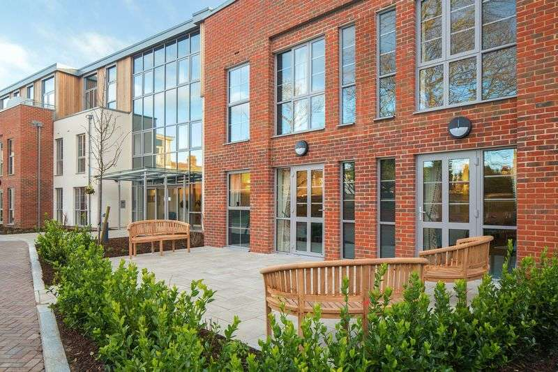 2 Bedrooms Property for sale in Liberty House, London SW20: **EX SHOW FLAT/ GROUND FLOOR- MUST BE VIEWED**