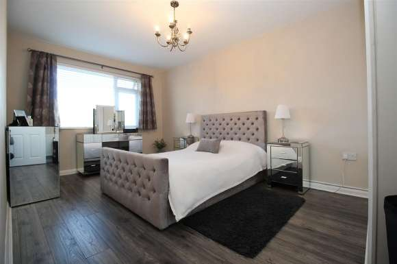 2 Bedrooms Flat for sale in Franklin Avenue, Tadley
