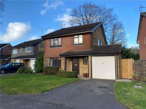 4 Bedrooms Detached House for sale in Nightingale Close, Farnborough, Hampshire