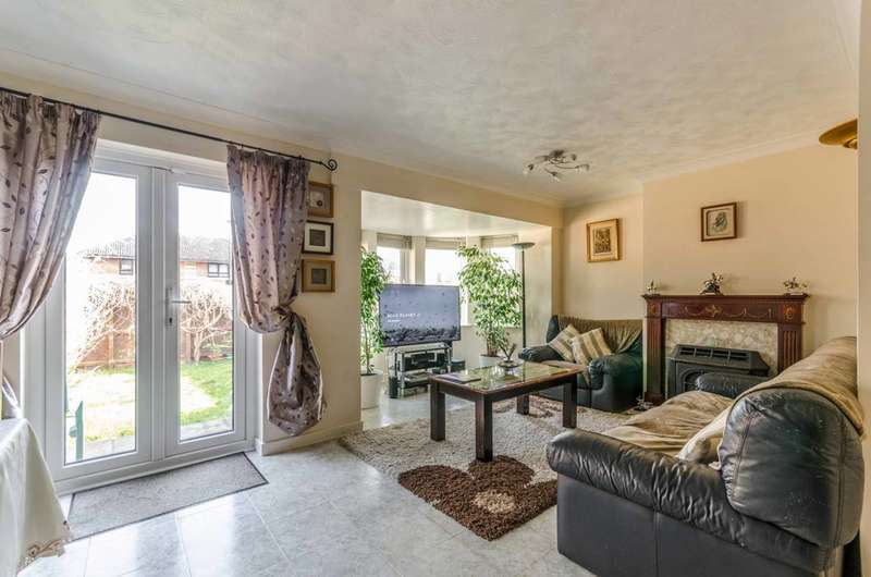 3 Bedrooms Semi Detached House for rent in Redstart Close, Beckton, E6
