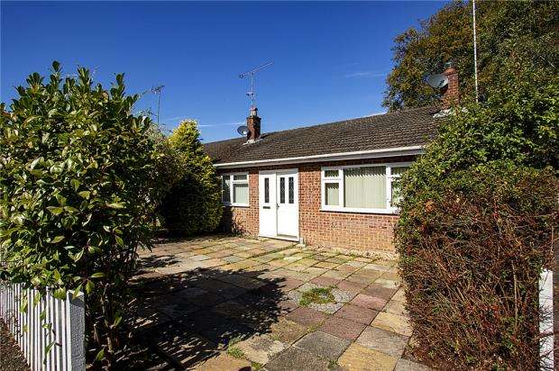3 Bedrooms Bungalow for sale in Frensham Close, Yateley, Hampshire