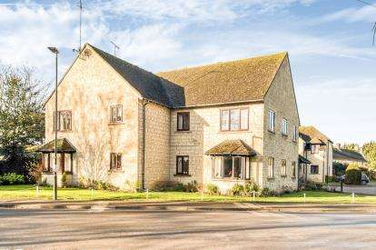 2 Bedrooms Flat for sale in Pegasus Court, Bourton-on-the-Water, Cheltenham