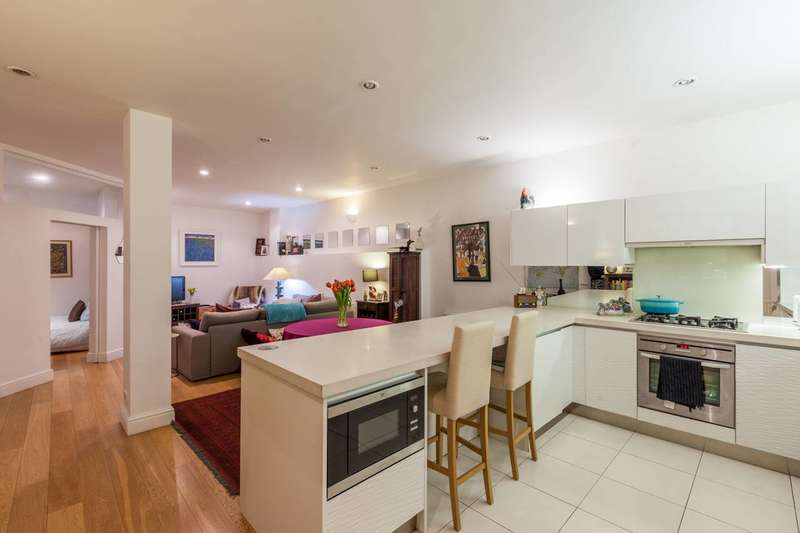 2 Bedrooms Flat for sale in Victoria Park Square, Bethnal Green, E2