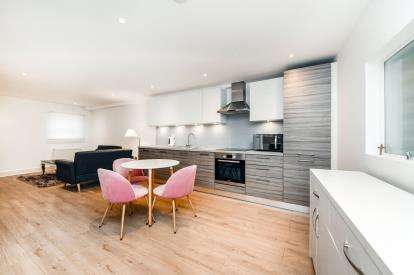 2 Bedrooms Flat for sale in 61A South Street, Romford