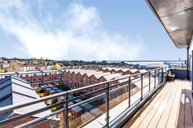 2 Bedrooms Apartment Flat for sale in John Thornycroft Road, Southampton, Hampshire