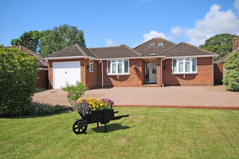 3 Bedrooms Bungalow for sale in Barrs Wood Road, New Milton, Hampshire, BH25
