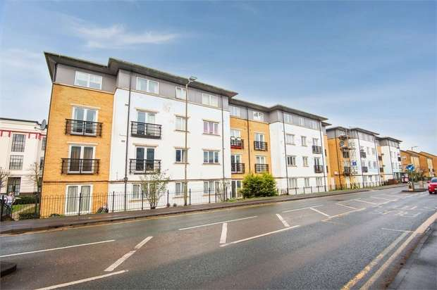 2 Bedrooms Flat for sale in Ovaltine Drive, Kings Langley, Hertfordshire